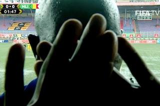"""""""Non potete trasmettere la partita"""": si piazza davanti alla telecamera e blocca la diretta"""