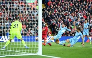 Salah è un'ira di Dio, ma non basta: Liverpool-City finisce 2-2, inno al calcio ad Anfield