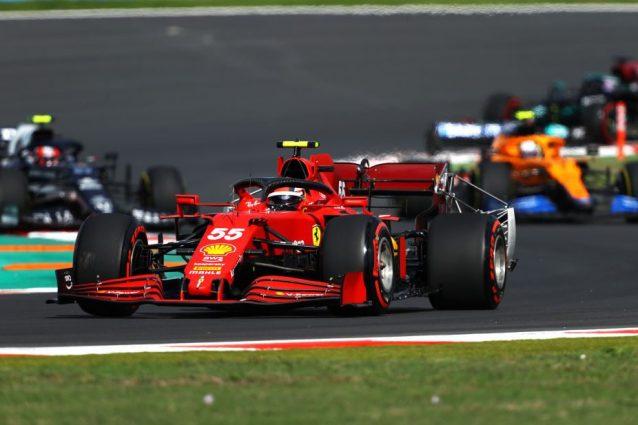 Sainz in pista nel Q2 solo per 'salvare' Leclerc nelle qualifiche del GP Turchia: capolavoro Ferrari