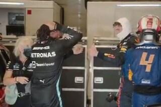 """Il sorprendente gesto di Hamilton dopo la vittoria di Verstappen ad Austin: """"Grande lavoro"""""""