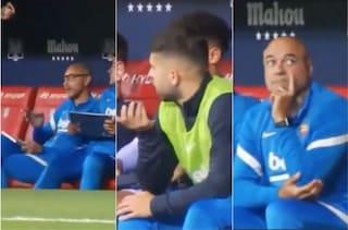 """""""Viene dall'alto"""", il gesto di nascosto in panchina che fotografa i mali del Barcellona"""