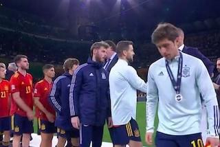 La Spagna dà una lezione di sportività all'Inghilterra: nessuno si toglie la medaglia
