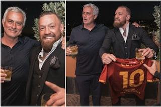 """Conor McGregor a Roma, maglia giallorossa numero 10 e 'inchino' a Mourinho: """"Leggenda"""""""