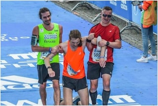Lo stupendo gesto di Barnaba alla maratona di Berlino: si ferma per portare al traguardo un collega