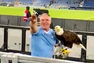 Il falconiere dell'aquila della Lazio fa il saluto romano e inneggia al Duce: vergogna all'Olimpico