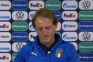 """Mancini in difficoltà in conferenza, interviene l'addetto stampa della FIGC: """"Un'altra domanda"""""""