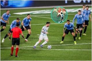 Messi contro sette giocatori dell'Uruguay: il paragone con una delle foto simbolo di Maradona