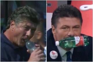 """Lo strano utilizzo che Mazzarri fa delle bottigliette d'acqua: """"Non riuscivo ad aprirla"""""""