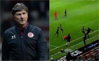 L'allenatore festeggia il gol con la sua squadra dopo l'espulsione per lo sgambetto ad un avversario