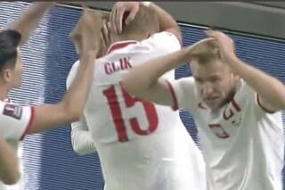 Albania-Polonia sospesa dopo il gol di Swiderski, i tifosi lanciano oggetti e bottiglie in campo