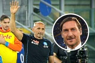 L'Olimpico si accanisce su Spalletti, lui risponde con un gesto: arriva il messaggio di Totti