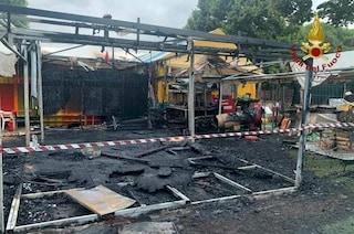 Un incendio distrugge i gonfiabili di viale Kant: danni nel parco giochi