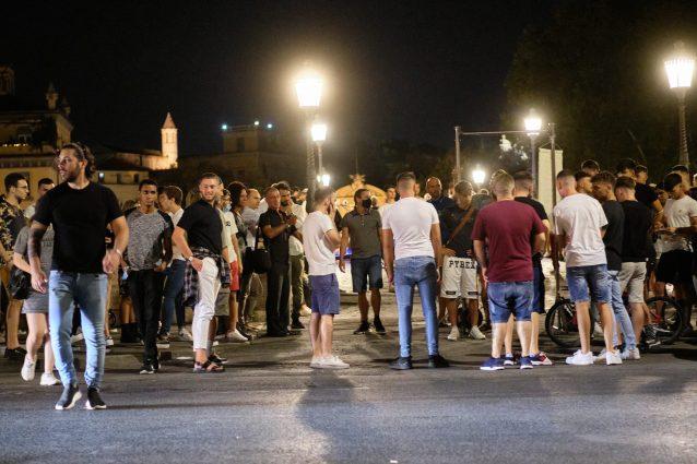 Un affollato Ponte Sisto davanti alla piazza Trilussa interdetta (foto LaPresse)