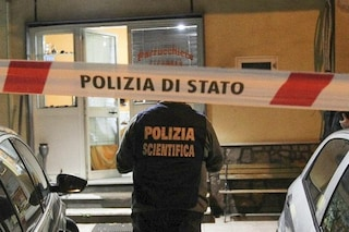Un uomo trovato morto in casa con un coltello piantato nel cuore: aperta un'indagine