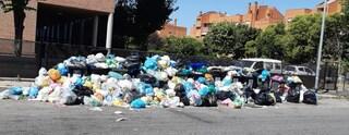 """Cinquina invasa dai rifiuti, i residenti: """"Miasmi insopportabili, pronti a class action contro Ama"""""""