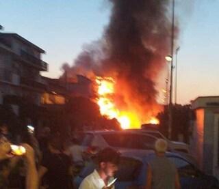Viterbo, a fuoco l'hotel Margherita: l'albergo è completamente avvolto dalle fiamme