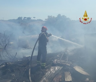 Ancora a fuoco sterpaglie e baracche: incendio ha interessato 16 ettari, vigili del fuoco in azione