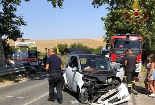 Incidente sulla Braccianese, scontro tra due auto: pompieri estraggono i feriti dalle lamiere