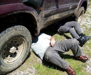 Cede il cric mentre lavora sotto l'auto e rimane schiacciato: morto un uomo di 45 anni