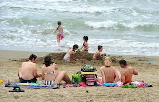 Vende un bimbo di due anni sulla spiaggia di Ostia: denunciato