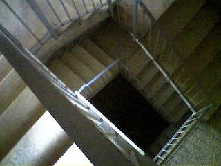 """Tenta di violentare una quindicenne in un palazzo: """"Mi ha seguito per le scale e mi ha toccato"""""""