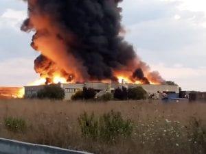 Incendio in un capannone dei rifiuti ad Aprilia – Foto Facebook