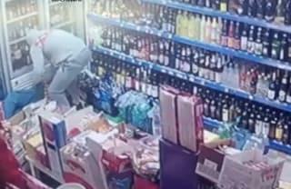 Lo massacra per rubare la birra: ancora un'aggressione contro un commerciante bengalese:
