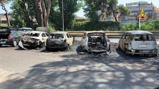 Incendio a Ostia, fiamme e fumo in viale Romagnoli: bruciano cassonetti e auto