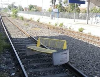 Rischiano di far deragliare il treno gettando una panchina sui binari: denunciati 4 ragazzini