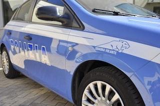 Rompe la porta a vetri del commissariato e prende a pugni i poliziotti: arrestata una 39enne
