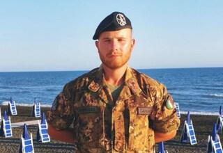 Il bagnino soldato Andrea Caricato salva due 13enni che rischiavano di affogare tra le onde