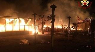 Danno fuoco a uno stabilimento per controllare le gare delle spiagge: 5 arresti, anche 2 poliziotti
