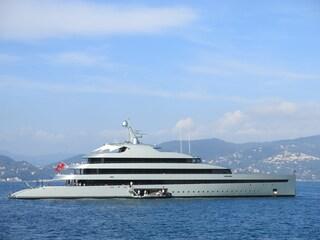 Avvistato a Ostia il superyacht Savannah, 83 metri di lusso e una sala con vista sottomarina
