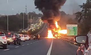 Autobus in fiamme sul Grande Raccordo Anulare, chiuso tratto interessato