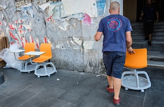Scuola, i nuovi banchi arriveranno a fine ottobre: gli studenti scrivono per terra