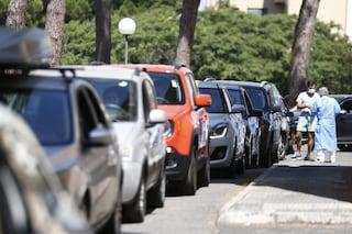 Tempi di attesa lunghi al drive-in per i tamponi, tensione tra persone in fila e direttore Asl