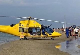 Roma, spari in spiaggia tra i bagnanti: ferito un uomo