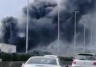 Incendio all'Ardeatina a ridosso del Grande Raccordo Anulare: brucia un capannone industriale