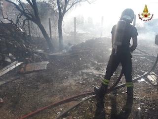 Incendio a Roma, bruciano sterpaglie e un deposito di materiale edile