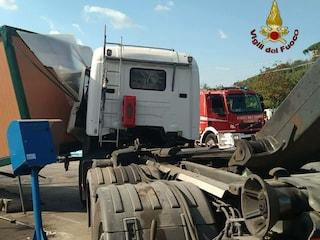 Perde il controllo del camion e si schianta contro container nell'isola ecologica: morto operatore