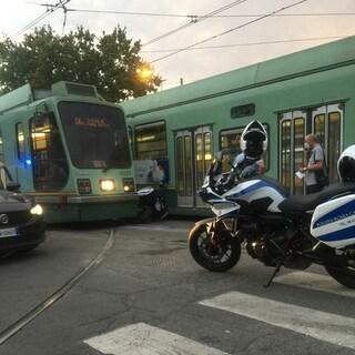 Roma, si incastra con la motocicletta tra due tram: poliziotto ne esce illeso