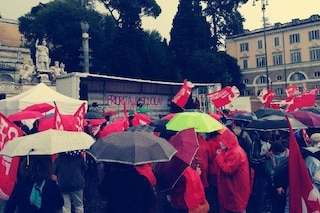 """Priorità alla scuola, manifestazione sotto la pioggia a Roma: """"Aperta e senza limiti di orario"""""""