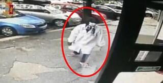 Si traveste da medico per rapinare due farmacie: incastrato dalle telecamere