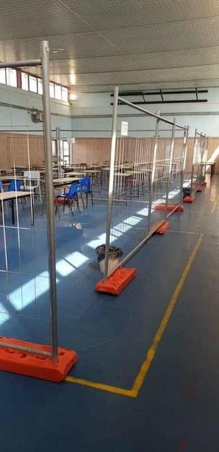 Ostia, la scuola sembra un cantiere: recinzioni in palestra per separare i bambini