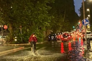 Acquazzoni a Roma, piogge e vento forte sulla capitale: disagi alla circolazione stradale