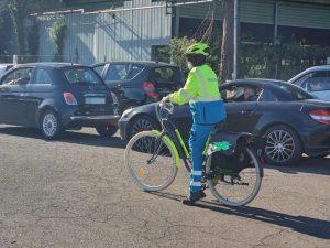 Una delle volontarie della Misericordia di Fiumicino mentre assiste le persone in fila al drive in a Via Ciampino