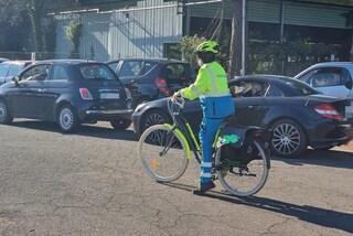 """Volontari in bici per aiutare cittadini in fila al drive in: """"Portiamo acqua e parole di conforto"""""""