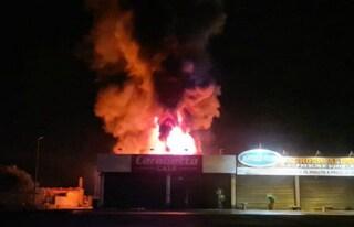Incendio sull'Aurelia a Cerveteri, fiamme in un negozio Carabetta: un uomo intossicato