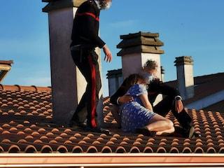 I carabinieri salgono sul tetto e salvano una donna che minaccia il suicidio: l'abbraccio