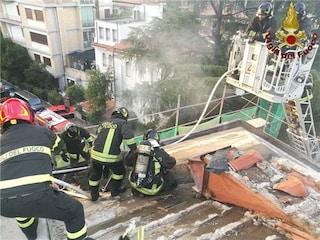 Roma, incendio in un appartamento in zona Villa Borghese: fumo e fiamme dal tetto